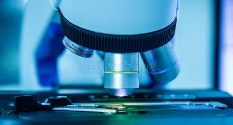 Fermez-vous vers le haut du microscope dans le laboratoire image stock