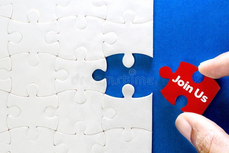 Fermez-vous vers le haut du morceau de puzzle denteux blanc avec le texte de rejoignez-nous, concep image stock
