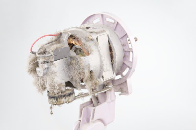 Fermez-vous vers le haut du moteur du ventilateur électrique avec le fond de blanc de la poussière photos stock