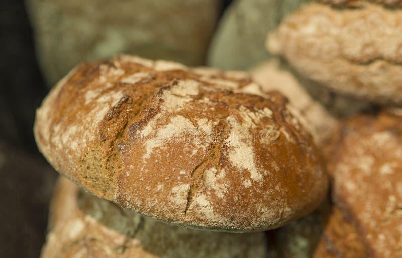 Fermez-vous vers le haut du pain fait à la maison d'Allemand de seigle de blé photos libres de droits
