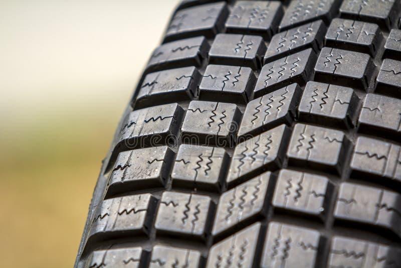 Fermez-vous vers le haut du petit groupe du nouveau protecteur en caoutchouc noir de pneu de voiture, selectiv photo libre de droits