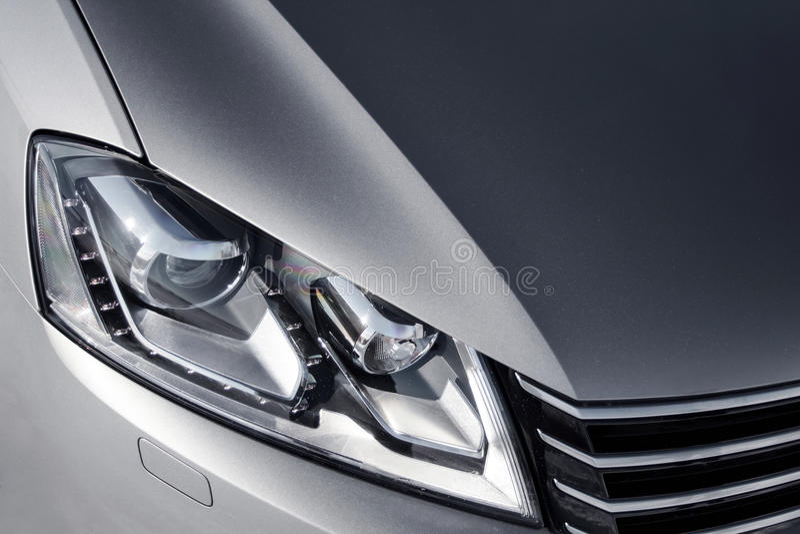 Fermez-vous vers le haut du phare de la voiture grise à la journée image libre de droits