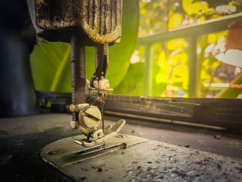 Fermez-vous vers le haut du pied de machine à coudre de vintage images libres de droits