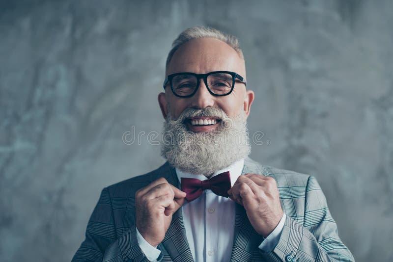 Fermez-vous vers le haut du portrait d'enthousiaste joyeux avec le St toothy de sourire de lancement photos stock