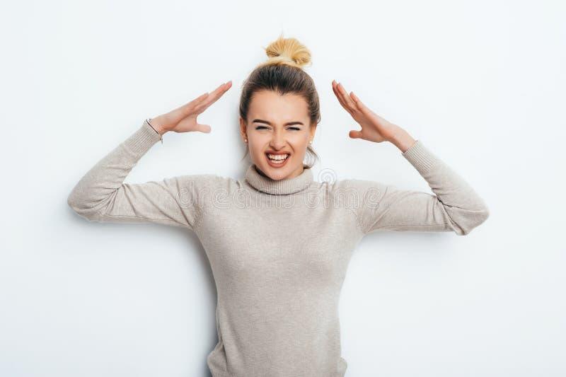 Fermez-vous vers le haut du portrait d'isolement de la jeune femme fâchée contrariée tenant des mains dans le geste furieux Émoti image stock