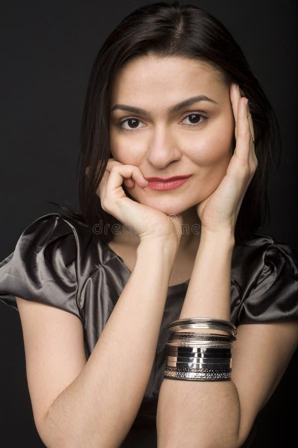 Fermez-vous vers le haut du portrait d'un beau jeune modèle femelle posant sur le fond noir image stock