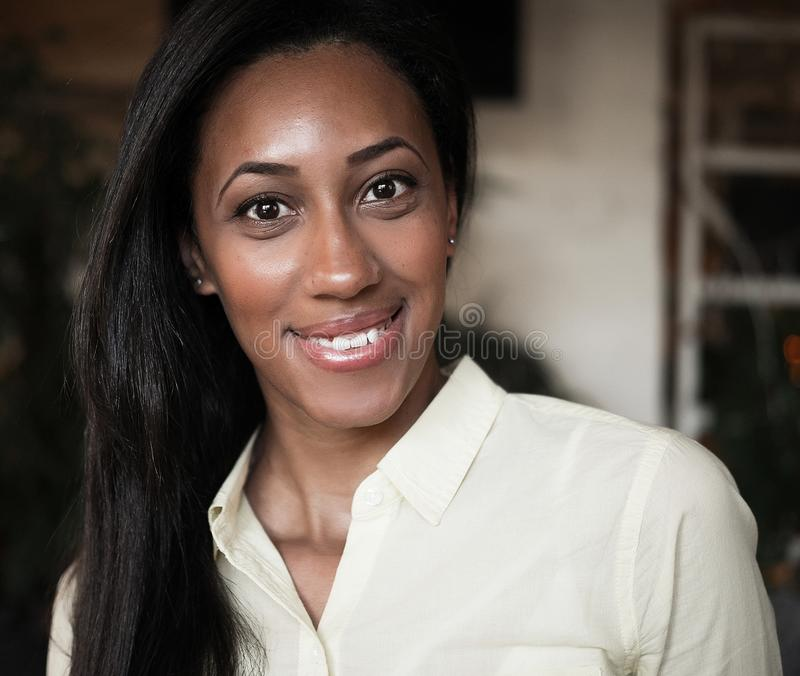 Fermez-vous vers le haut du portrait d'un beau jeune sourire de femme d'afro-américain Concept de mode de vie photos stock