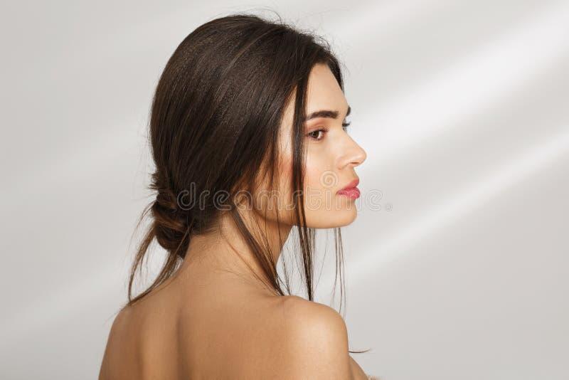 Fermez-vous vers le haut du portrait d'un beau profil de femme détendant après des procédures de station thermale photo libre de droits