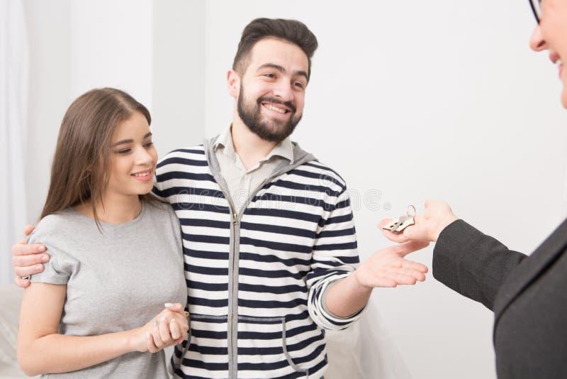 Fermez-vous vers le haut du portrait d'un couple qui a juste loué la nouvelle maison photos libres de droits