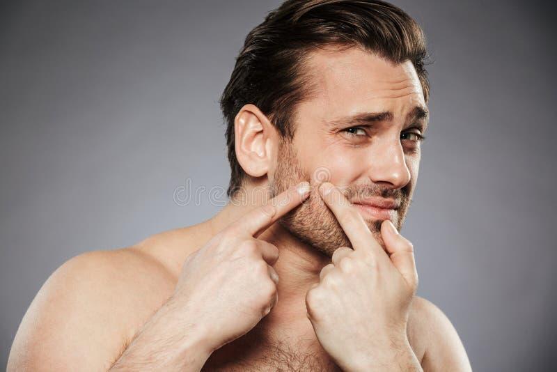 Fermez-vous vers le haut du portrait d'un homme sans chemise effrayé photo stock