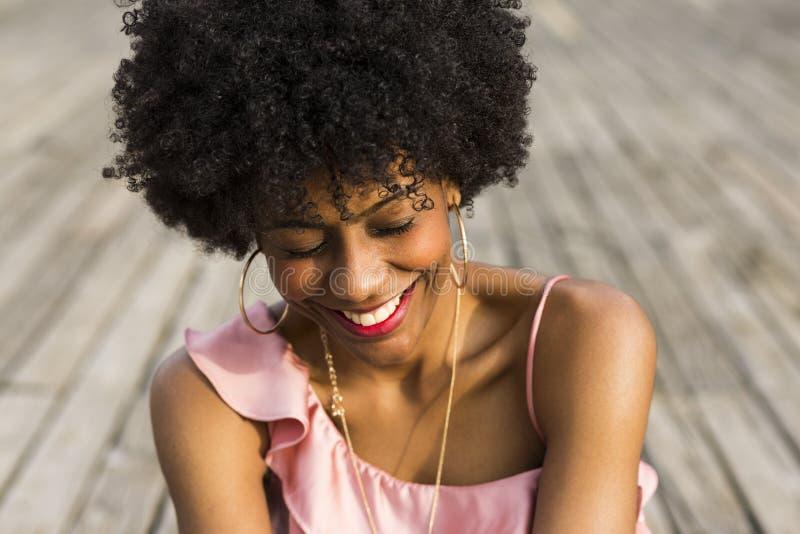 Fermez-vous vers le haut du portrait d'un jeune beau woma afro-américain heureux photo stock