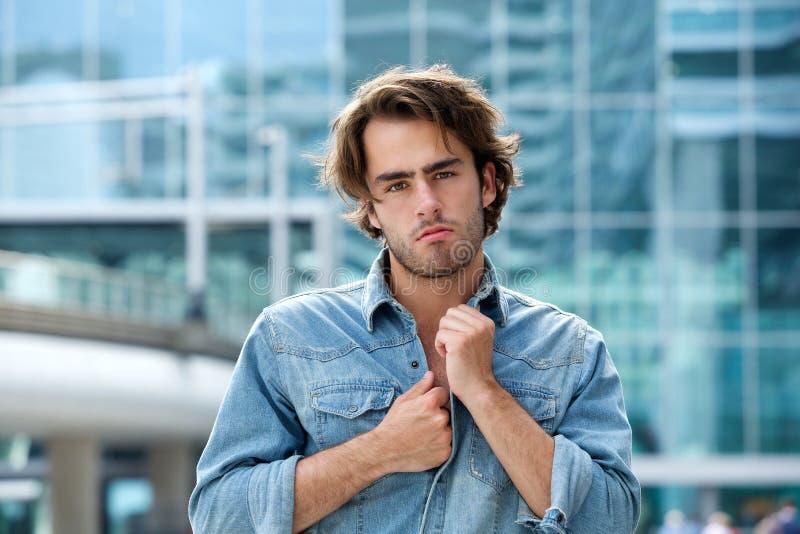 Fermez-vous vers le haut du portrait d'un jeune homme à la mode photo stock