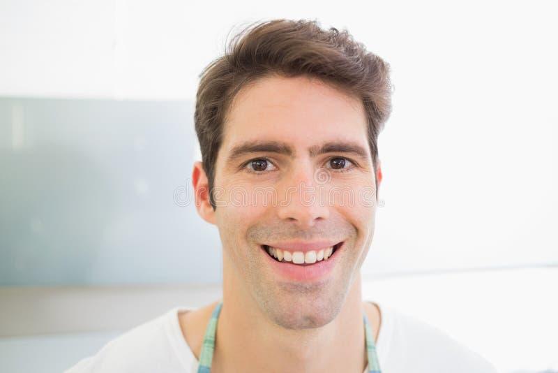 Fermez-vous vers le haut du portrait d'un jeune homme de sourire photo libre de droits