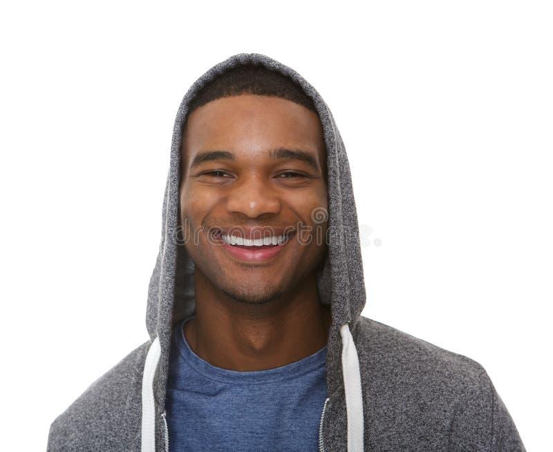 Fermez-vous vers le haut du portrait d'un jeune homme souriant avec le pull molletonné à capuchon photos libres de droits