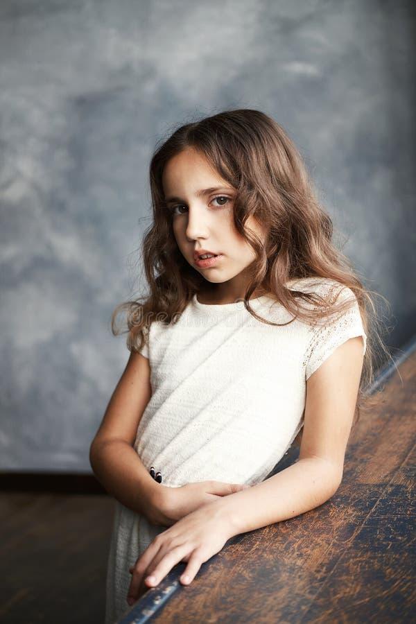 Fermez-vous vers le haut du portrait d'une belle jeune adolescente caucasienne images libres de droits