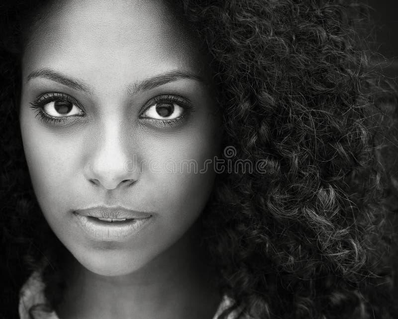 Fermez-vous vers le haut du portrait d'une belle jeune femme image libre de droits