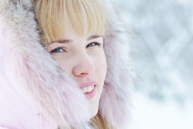 Fermez-vous vers le haut du portrait d'une belle jeune femme blonde en hiver image stock