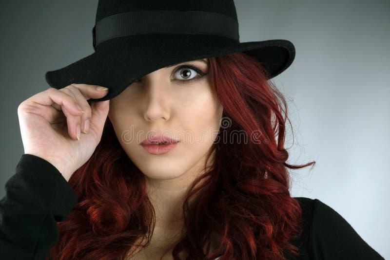 Fermez-vous vers le haut du portrait d'une belle jeune femme rousse photos libres de droits