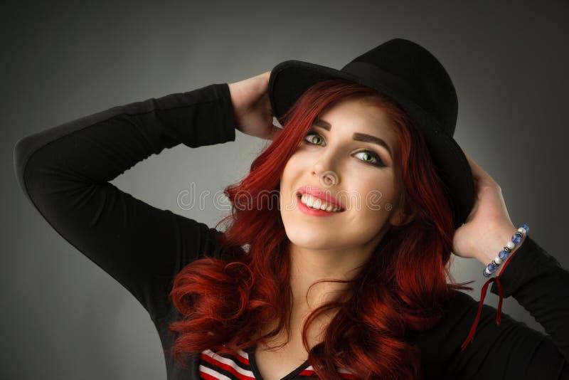 Fermez-vous vers le haut du portrait d'une belle jeune femme rousse image libre de droits