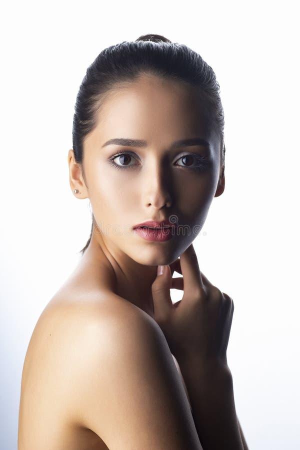 Fermez-vous vers le haut du portrait d'une fille de brune avec le maquillage nu et nu photos libres de droits