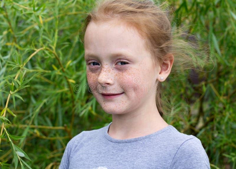 Fermez-vous vers le haut du portrait d'une fille de sourire de gingembre photographie stock libre de droits