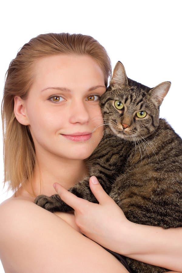 Fermez-vous vers le haut du portrait d'une jeune femme avec le chat photos stock