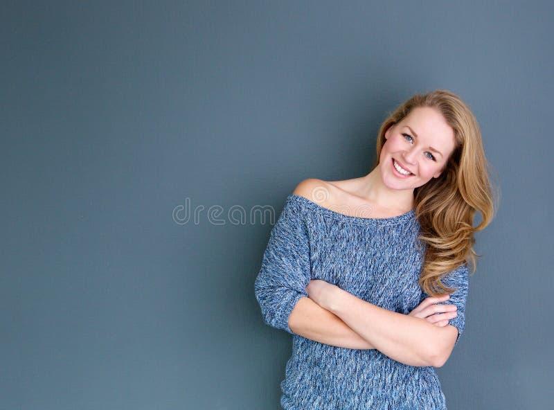 Fermez-vous vers le haut du portrait d'une jeune femme de sourire photo libre de droits