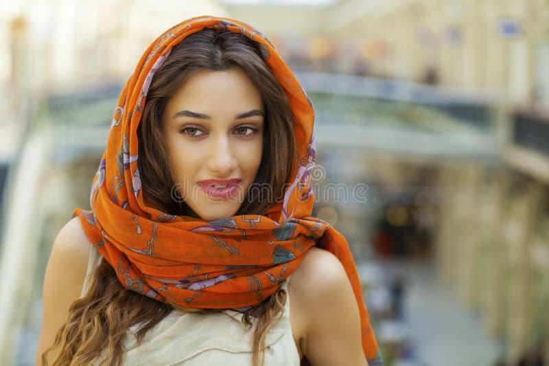 Fermez-vous vers le haut du portrait d'une jeune femme musulmane utilisant une écharpe principale image libre de droits