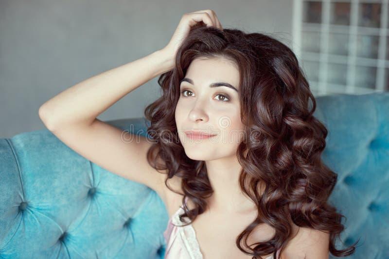 Fermez-vous vers le haut du portrait d'une jeune fille bouclée avec les cheveux milieu-bruns photo stock