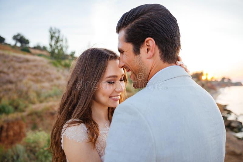 Fermez-vous vers le haut du portrait de beau rire de ménages mariés image stock