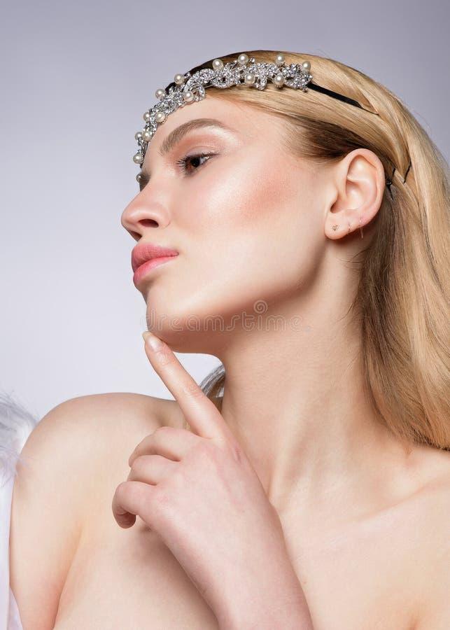 Fermez-vous vers le haut du portrait de beauté d'une femme blonde assez jeune photographie stock