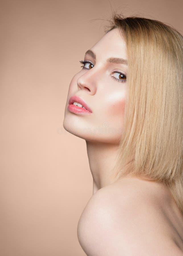 Fermez-vous vers le haut du portrait de beauté d'une femme blonde assez jeune photo libre de droits
