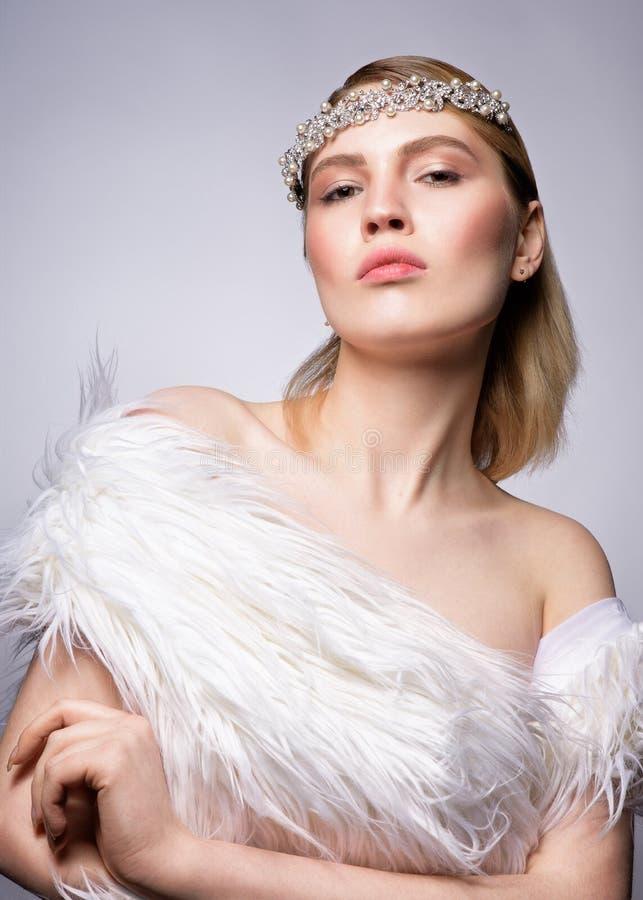 Fermez-vous vers le haut du portrait de beauté d'une femme blonde assez jeune image stock