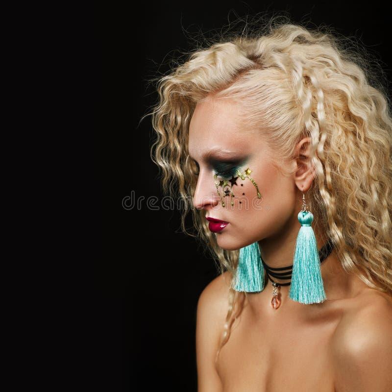 Fermez-vous vers le haut du portrait de beauté de la jeune femme avec le beau maquillage photographie stock