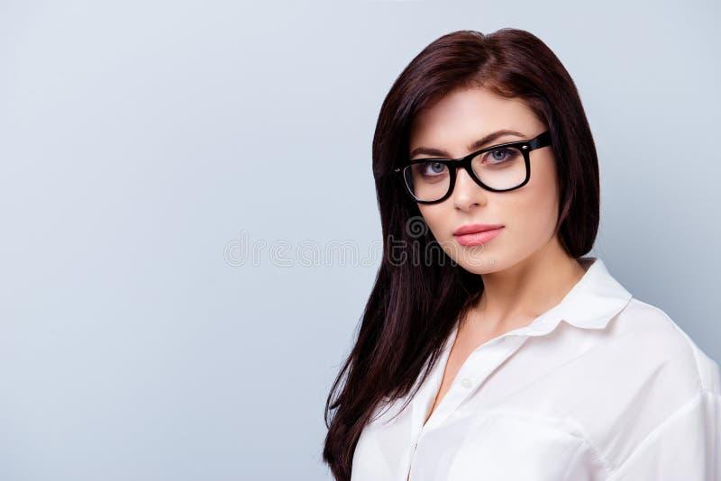 Fermez-vous vers le haut du portrait de businesslady sérieux attrayant en verres image libre de droits