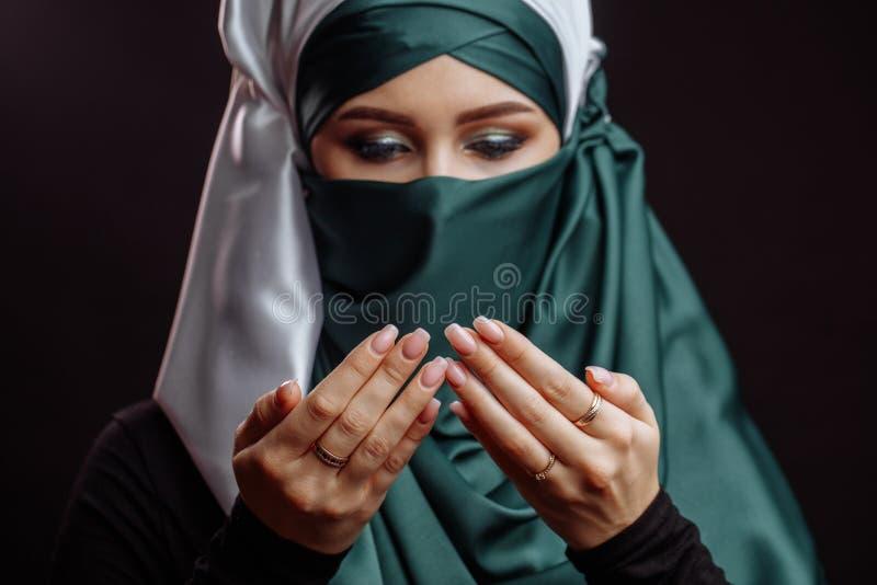 Fermez-vous vers le haut du portrait de Coran de lecture femelle Arabe image libre de droits