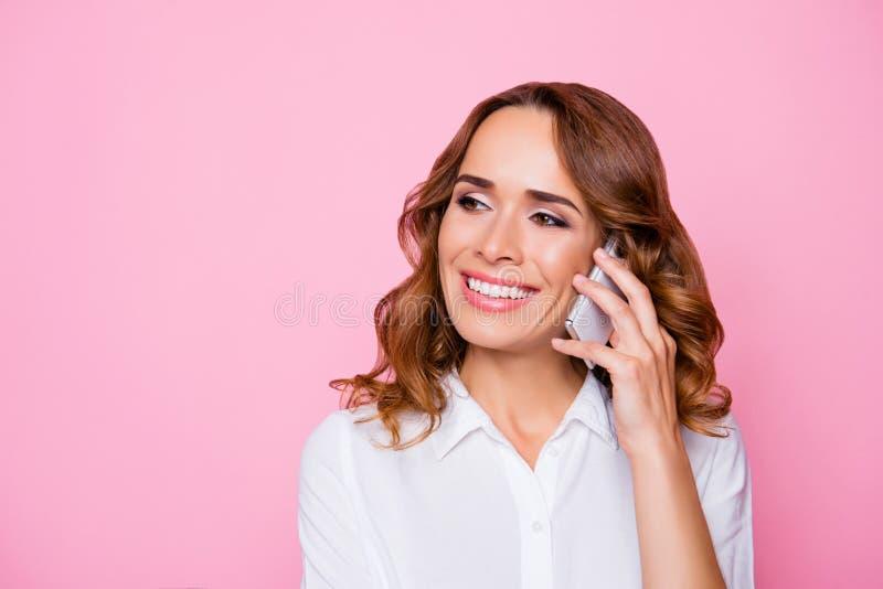 Fermez-vous vers le haut du portrait de l'attr insouciant paisible joyeux heureux de sourire photographie stock libre de droits