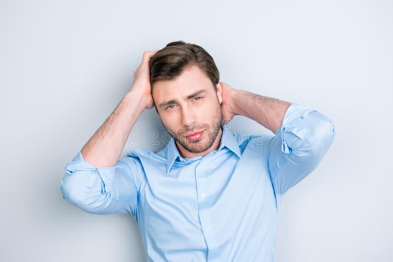 Fermez-vous vers le haut du portrait de l'homme attirant touchant ses cheveux parfaits photo libre de droits