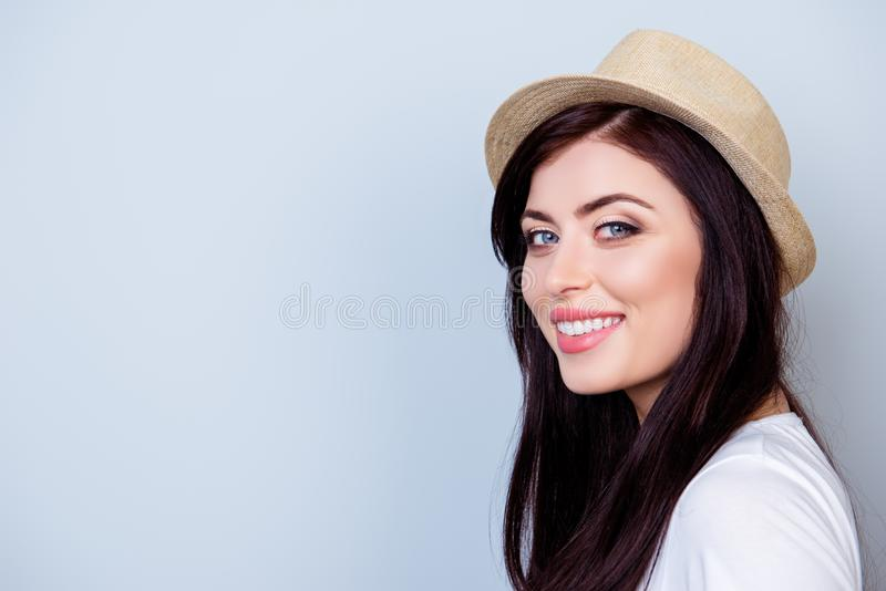 Fermez-vous vers le haut du portrait de la belle femme de sourire dans le chapeau d'isolement dessus image libre de droits