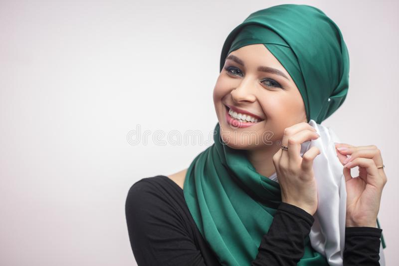 Fermez-vous vers le haut du portrait de la belle fille apprenant à attacher un foulard image libre de droits
