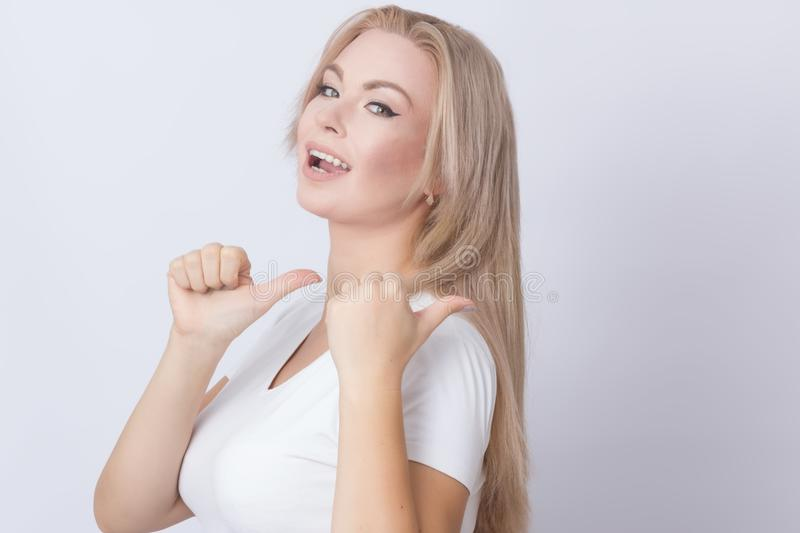 Fermez-vous vers le haut du portrait de la belle jeune femme de sourire enthousiaste photo stock