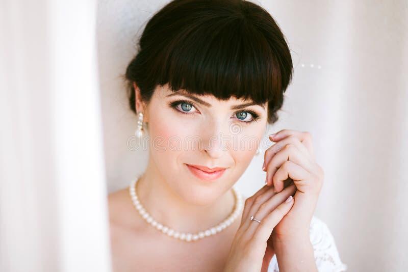 Fermez-vous vers le haut du portrait de la belle jeune jeune mariée images libres de droits
