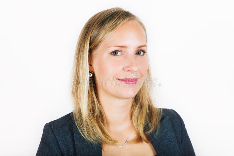 Fermez-vous vers le haut du portrait de la femme de 35 ans photographie stock libre de droits