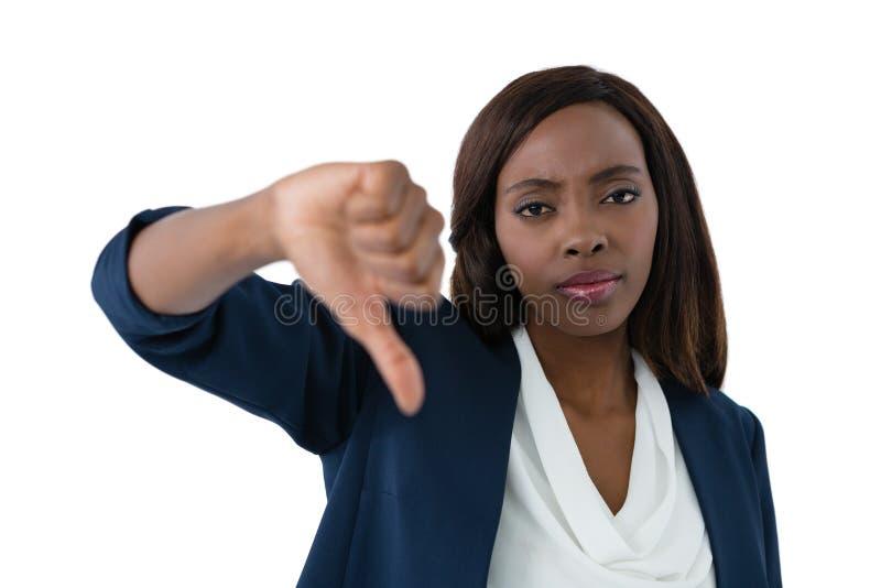 Fermez-vous vers le haut du portrait de la femme d'affaires montrant des pouces vers le bas photo stock