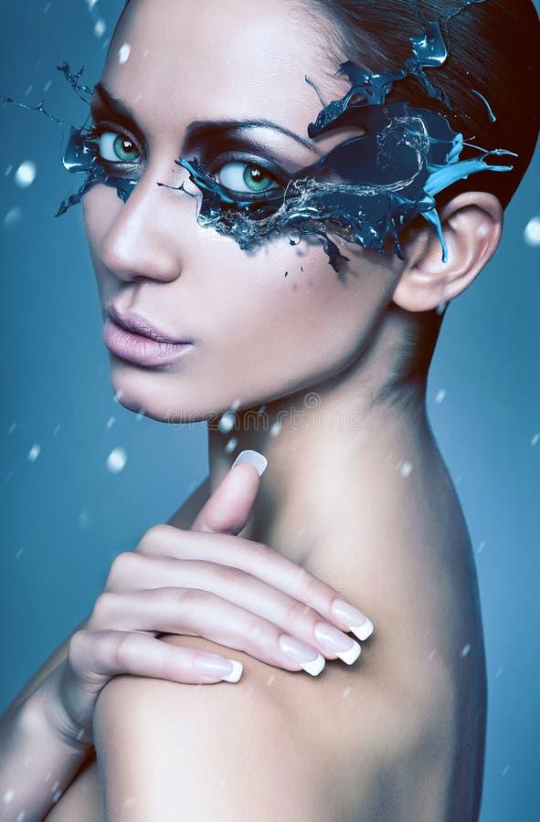 Fermez-vous vers le haut du portrait de la femme d'hiver avec le masque bleu d'éclaboussure photographie stock