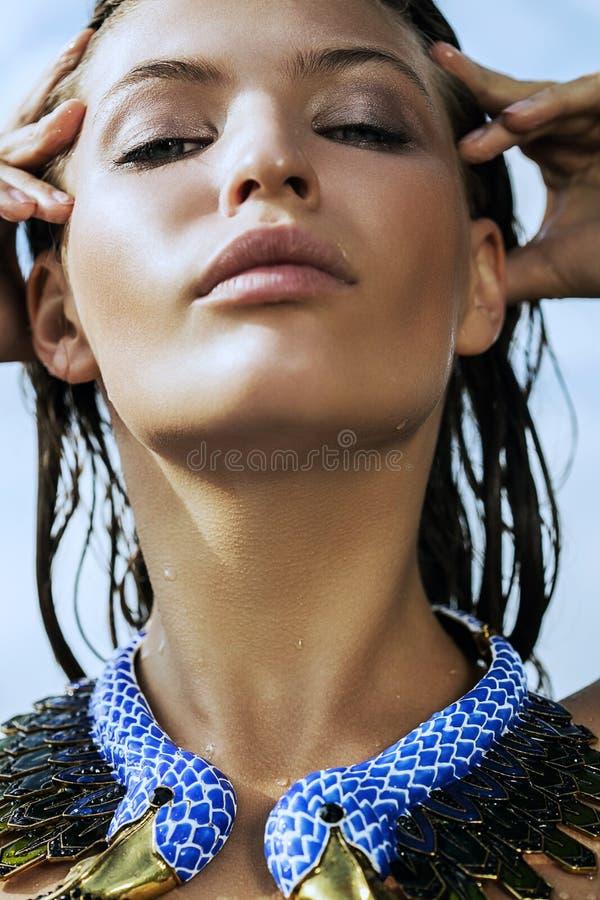 Fermez-vous vers le haut du portrait de la femme humide en collier photos libres de droits