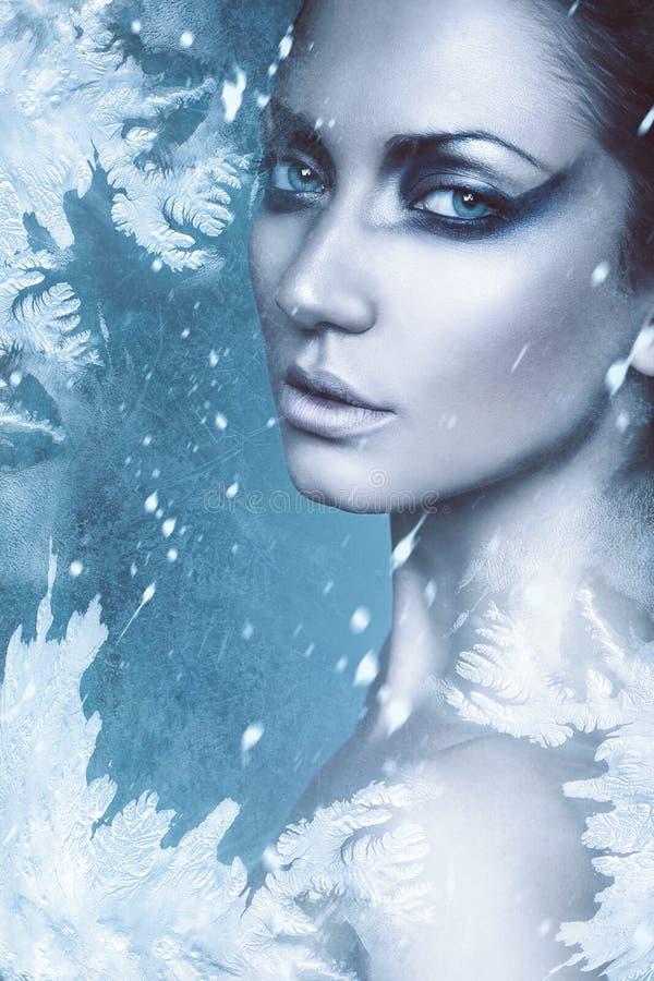 Fermez-vous vers le haut du portrait de la femme sexy d'hiver dans la neige image libre de droits