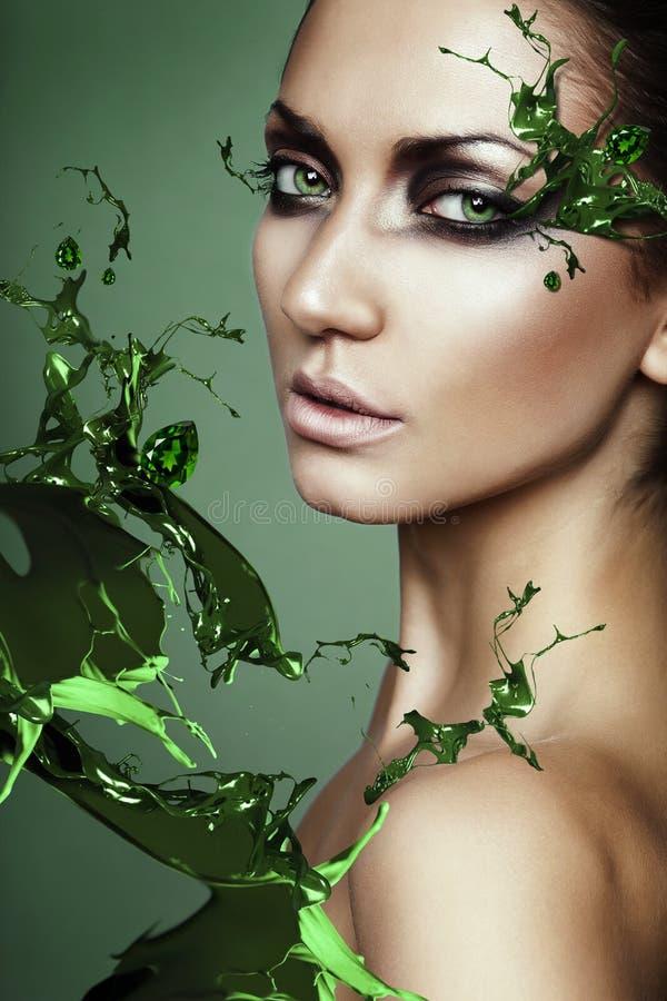 Fermez-vous vers le haut du portrait de la femme sexy dans l'éclaboussure de plante verte images libres de droits