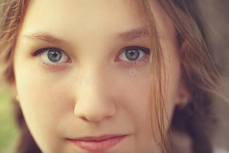 Fermez-vous vers le haut du portrait de la fille de l'adolescence heureuse photographie stock
