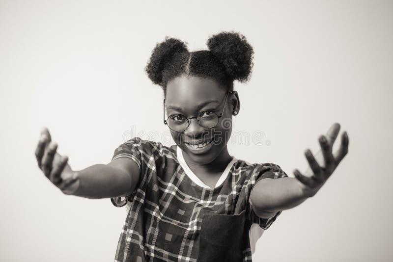 Fermez-vous vers le haut du portrait de la gentillesse et de la courtoisie de représentation femelles africaines gaies image stock
